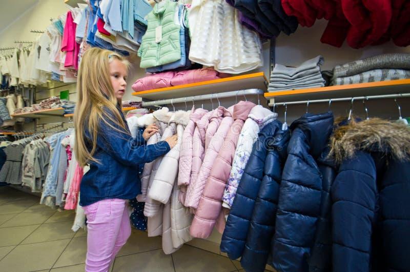 Compra da moça para a roupa nova fotos de stock royalty free
