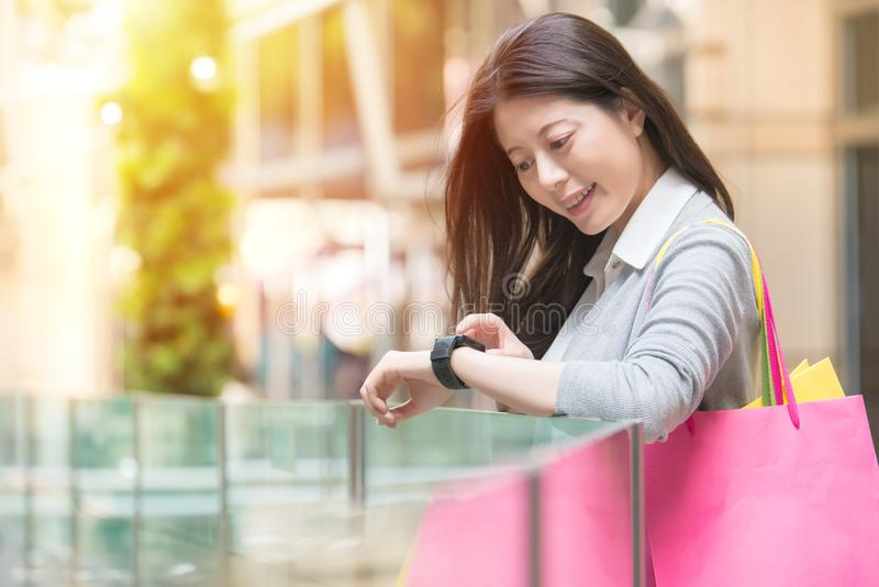 Compra da mulher da forma com relógio esperto imagens de stock royalty free