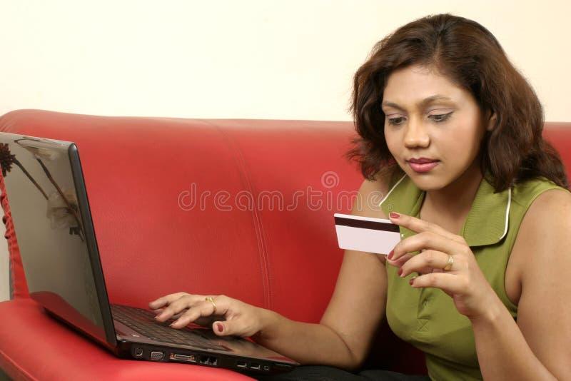 Compra da mulher em linha foto de stock royalty free