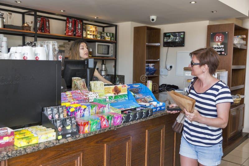 Compra da mulher em uma padaria pequena Paphos, Chipre imagem de stock royalty free