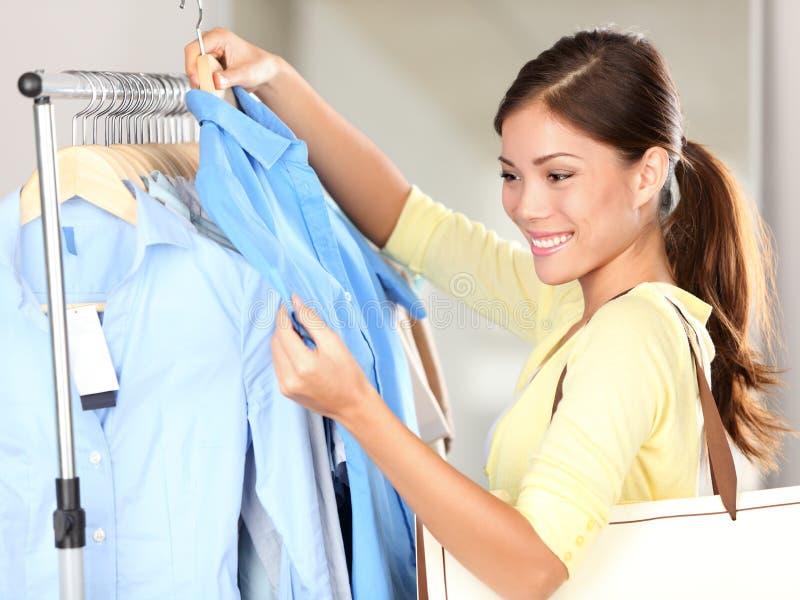 Compra da mulher na loja de roupa fotografia de stock