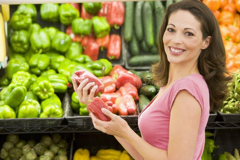 Compra da mulher na seção do produto foto de stock