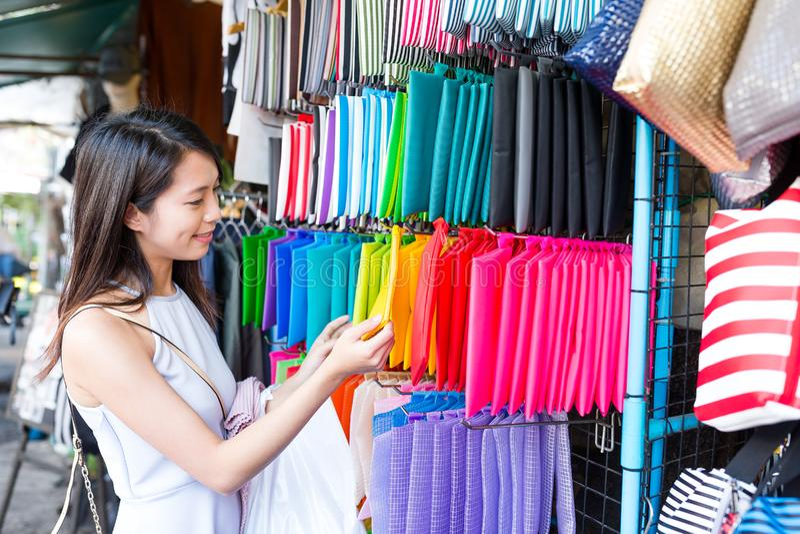 Compra da mulher no mercado de rua imagens de stock