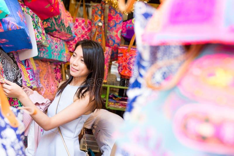 Compra da mulher no mercado do fim de semana imagens de stock royalty free