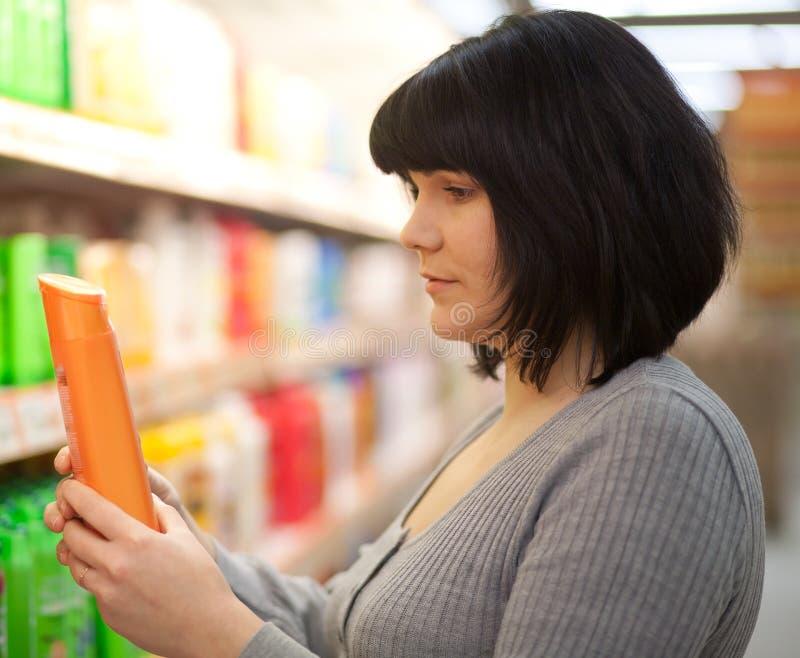 Compra da mulher nova em um armazém. fotos de stock