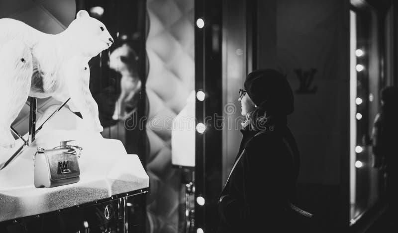 Compra da mulher para o pourse luxuoso do couro do saco de Louis Vuitton imagem de stock
