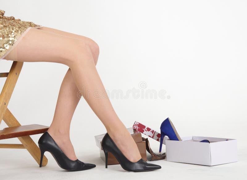 Compra da sapata dos pés da mulher na loja de sapata imagem de stock