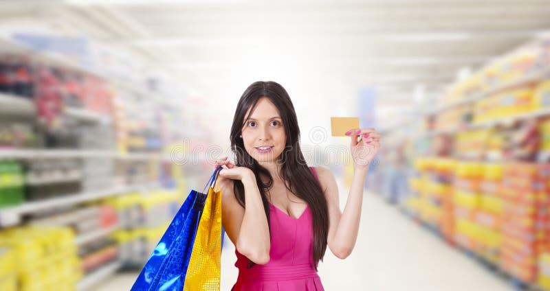 Compra de la mujer con la tarjeta de cr?dito foto de archivo libre de regalías