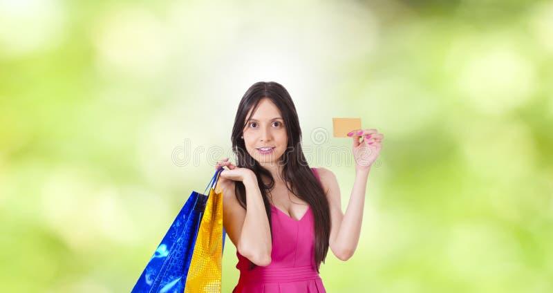Compra de la mujer con la tarjeta de cr?dito imagen de archivo libre de regalías