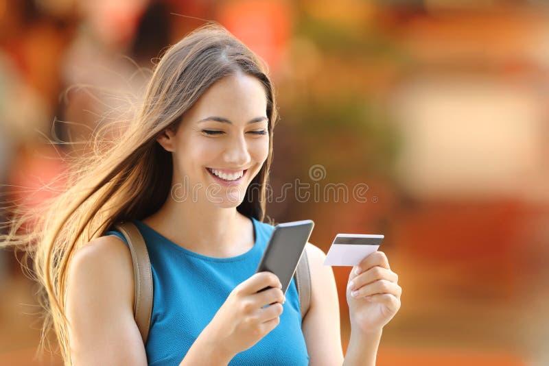 Compra de la mujer en línea en la calle fotos de archivo libres de regalías