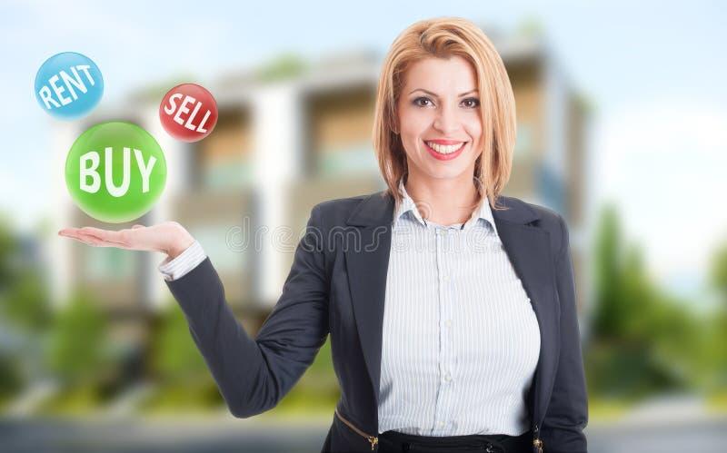 Compra de la tenencia del agente inmobiliario de la mujer, venta y ofertas del alquiler imagen de archivo libre de regalías