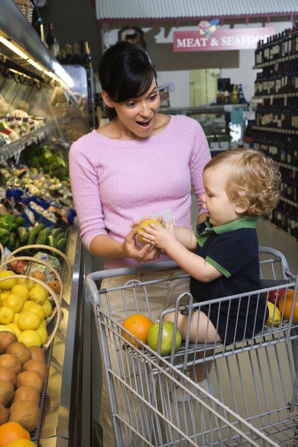 Compra de mantimento da matriz com criança. fotografia de stock