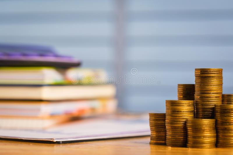 Compra de un nuevo hogar o de propiedades inmobiliarias con el dinero fotos de archivo libres de regalías