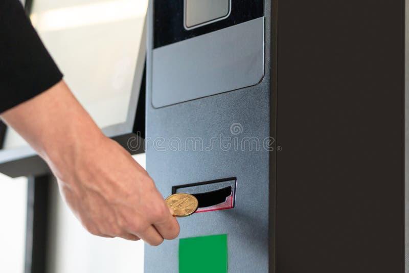 Compra do homem de neg?cios e cryptocurrency de transfer?ncia ao telefone celular da m?quina do ATM para comprar e vender o crypt fotos de stock