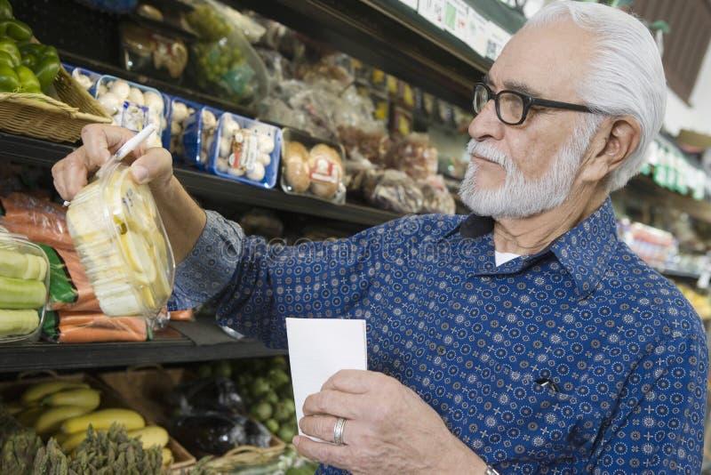 Compra do homem superior para o vegetal  imagens de stock