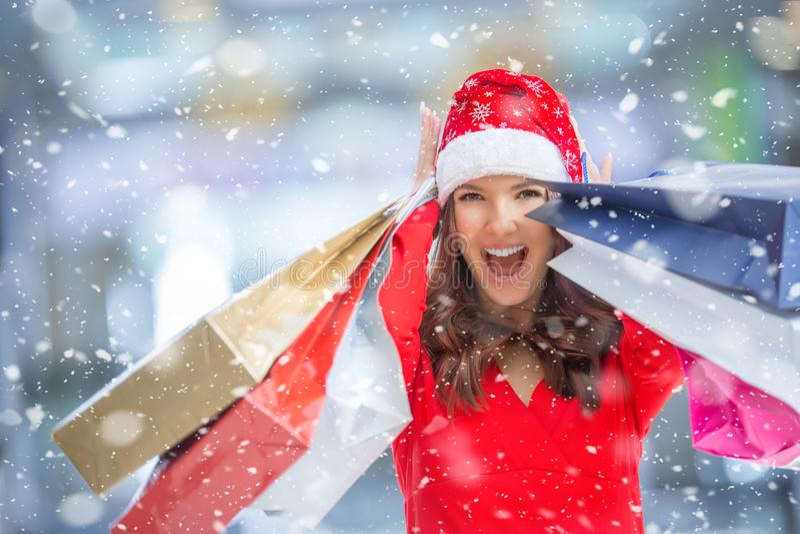 Compra do Natal, idéia para seu projeto Menina feliz atrativa com cartão de crédito e s fotos de stock royalty free
