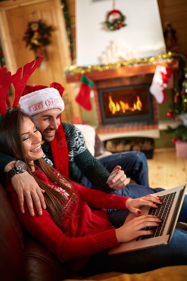 Compra do Natal na linha do portátil foto de stock