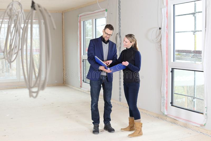 Compra dos bens imobiliários com corretor ou arquiteto e mulher fotografia de stock royalty free