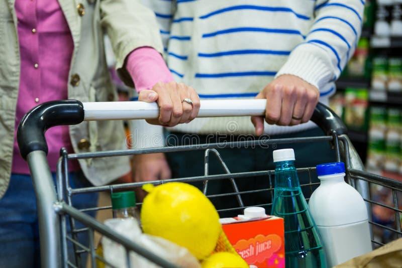 Compra dos pares na seção do mantimento no supermercado fotografia de stock royalty free