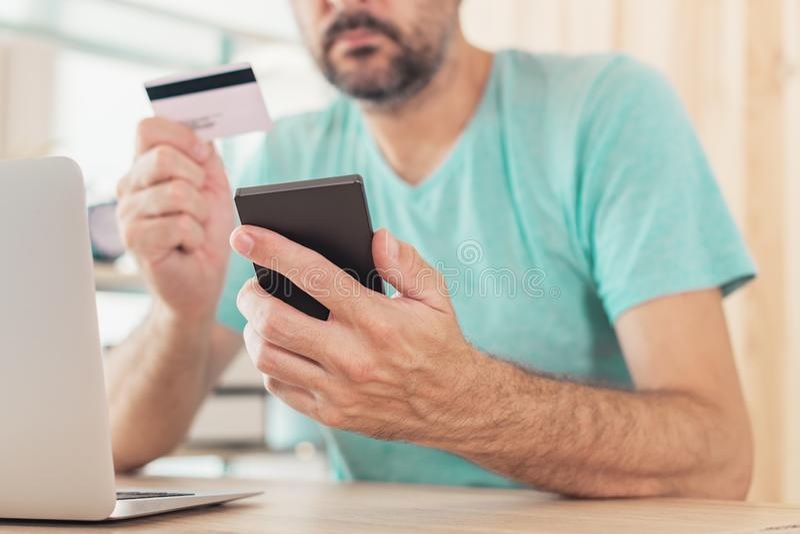 Compra em linha com cartão de crédito e o telefone esperto imagens de stock