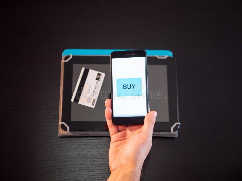 Compra em linha com telefone e cartão de crédito imagem de stock royalty free