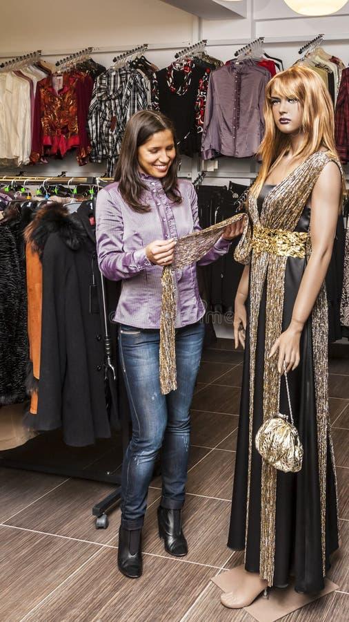 Compra em uma loja de roupa fotografia de stock royalty free