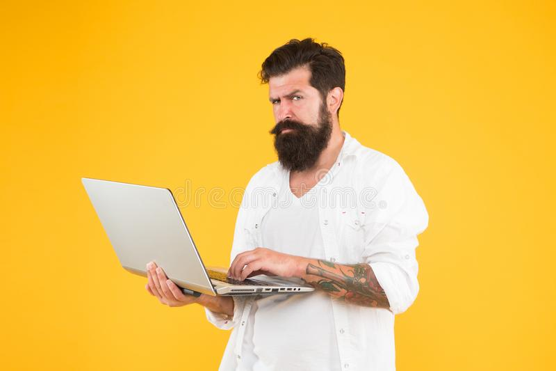 Compra en l?nea Hombre que usa el cuaderno Concepto de programaci?n Hombre barbudo con el cuaderno Mundo de Digitaces Revelador a imagen de archivo libre de regalías