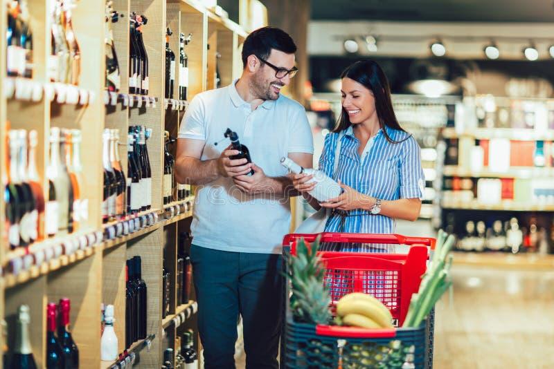 Compra en supermercados de vinos fotografía de archivo