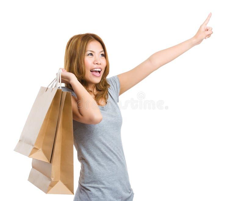 Compra entusiasmado da mulher com a mão que aponta acima foto de stock royalty free