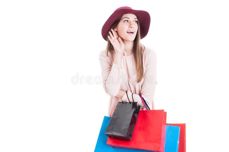 Compra fazendo fêmea nova bonito e escuta a bisbolhetice a mais atrasada fotos de stock royalty free