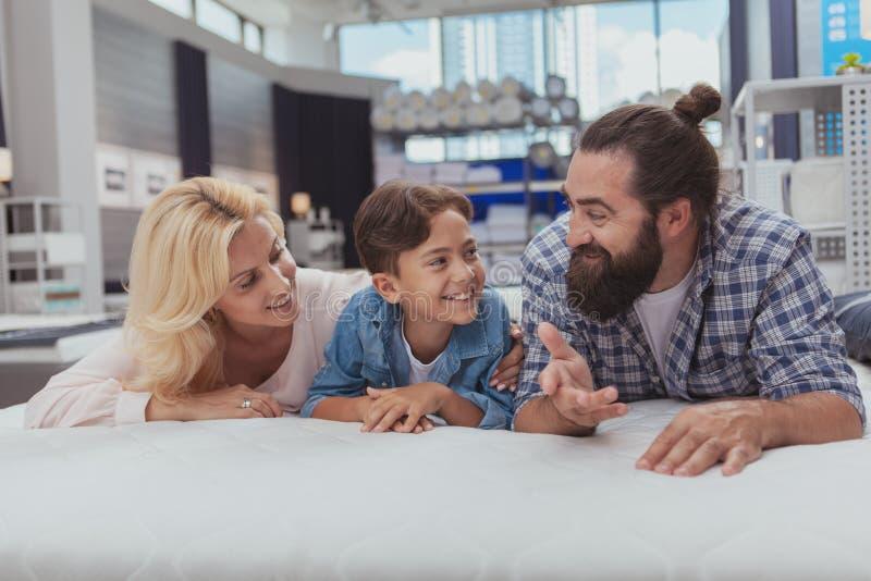 Compra feliz da família na loja de móveis imagens de stock