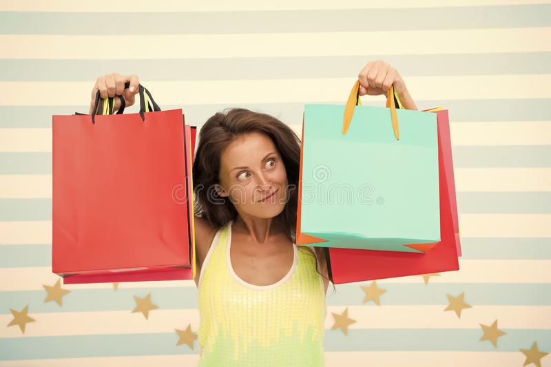 Compra feliz menina surpreendida com os sacos de compras na venda, espa?o da c?pia mercado do com?rcio eletr?nico e pedir do Inte imagens de stock