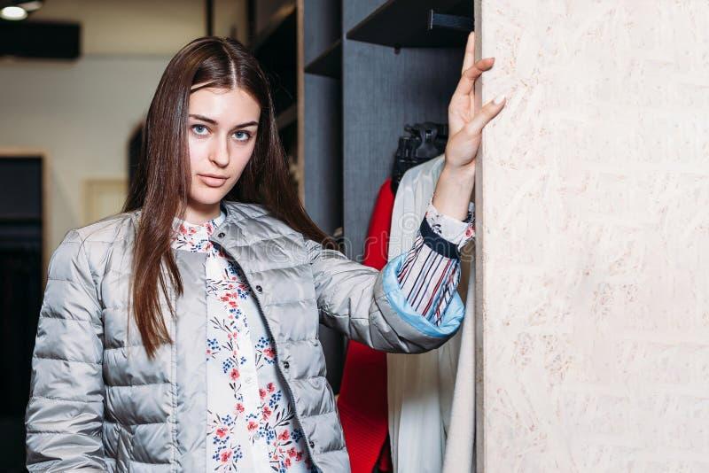 Compra, forma, estilo, venda, compra, negócio e povos jovem mulher feliz bonita do conceito na loja de roupa Negócios fotografia de stock royalty free