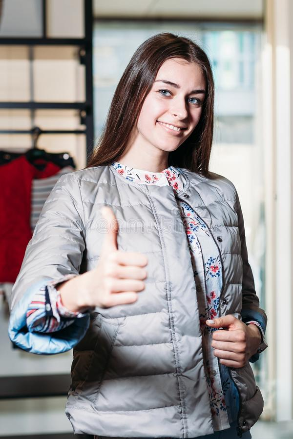 Compra, forma, estilo, venda, compra, negócio e povos Jovem mulher feliz bonita do conceito que mostra a classe na roupa fotos de stock royalty free