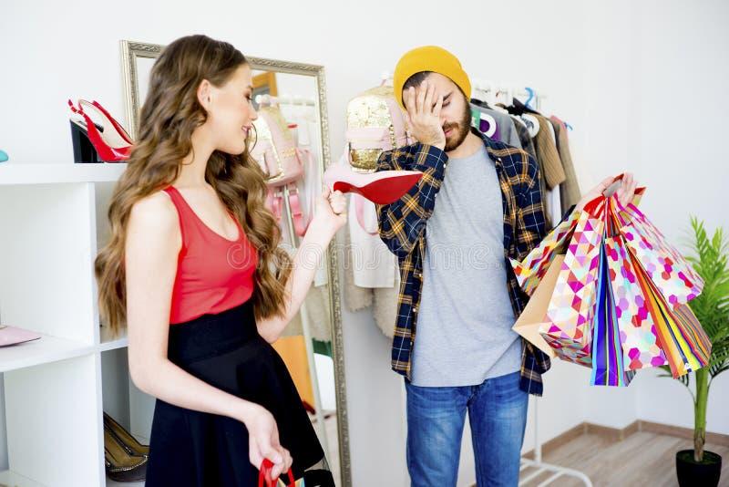 Compra furada do homem com sua amiga imagens de stock