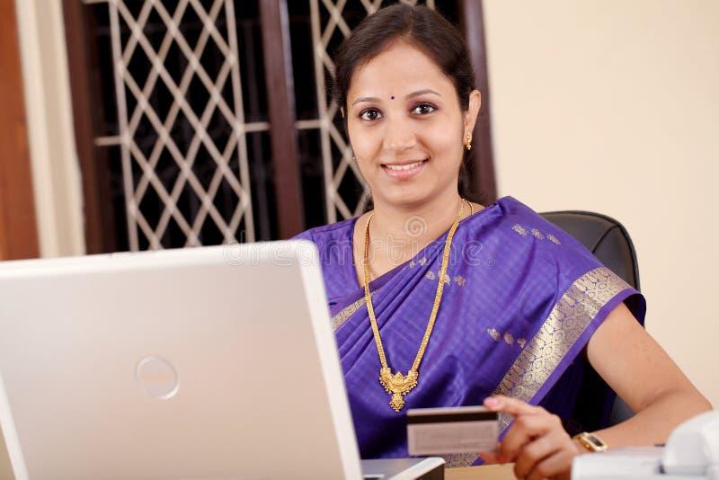 Compra indiana da mulher em linha fotos de stock
