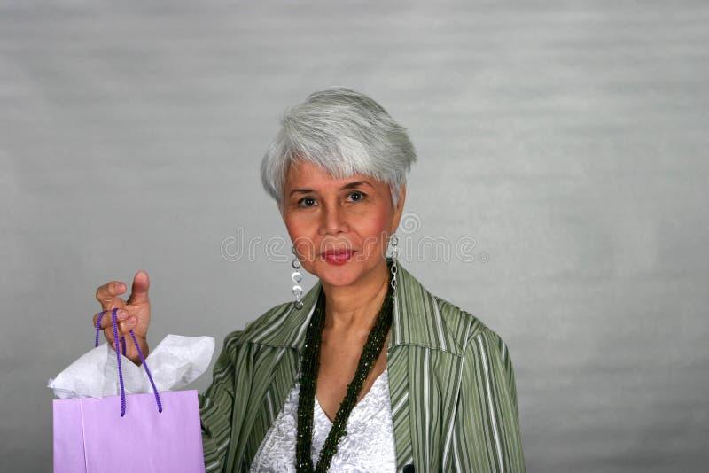 Compra madura da mulher fotografia de stock