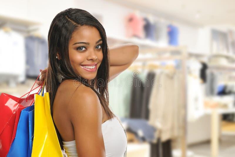 Compra nova bonita da mulher negra fotografia de stock