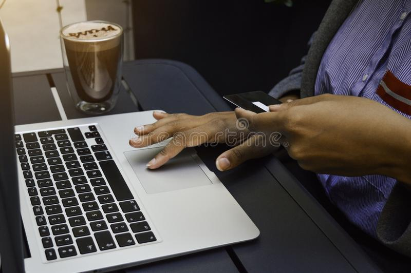 Compra nova da mulher negra em linha que usa o computador e que guarda o cartão de crédito Compra em linha, tecnologia, Internet foto de stock