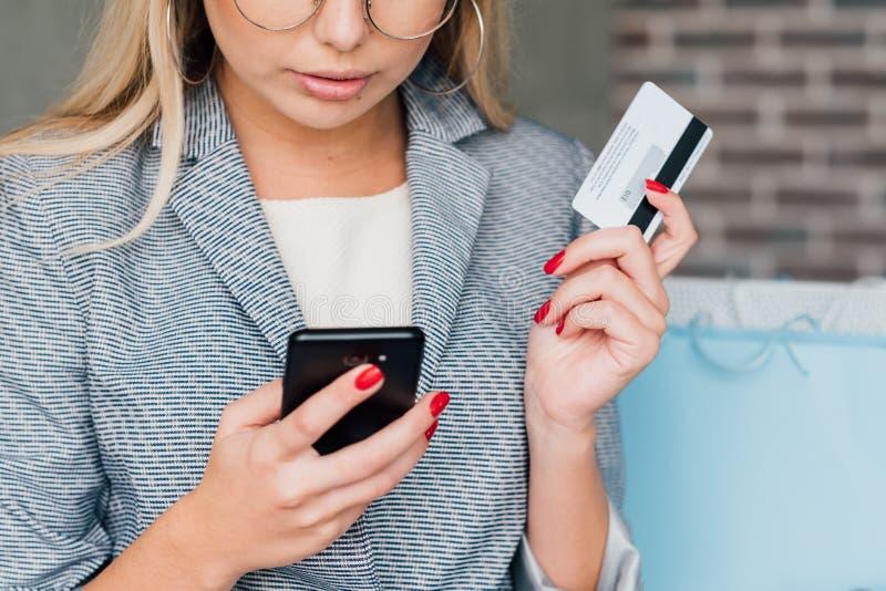 Compra segura bancária móvel do cartão de crédito do pagamento imagens de stock