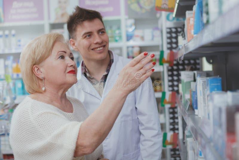 Compra superior bonita da mulher na drograria foto de stock