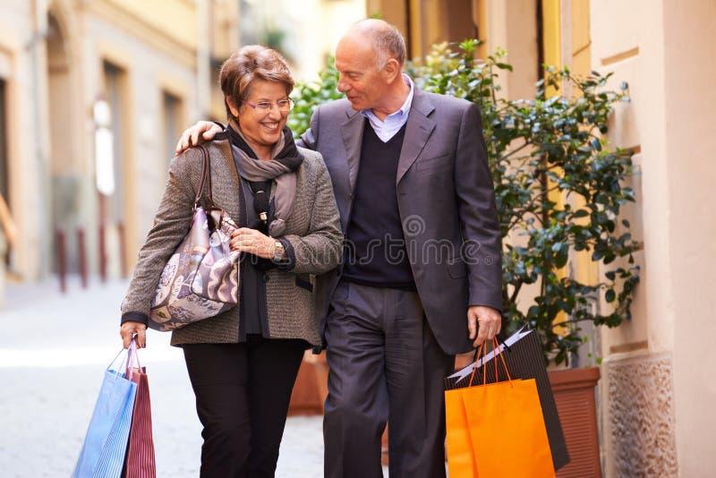 Compra superior do ancião e da mulher em Itália foto de stock