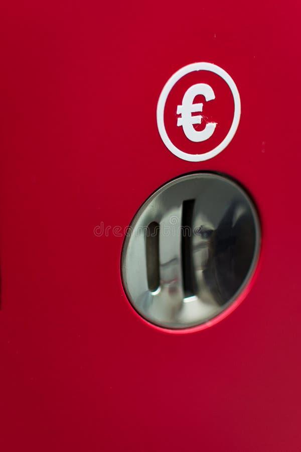 Compra vermelha do pagamento da máquina e para pagar aqui no euro das moedas fotos de stock