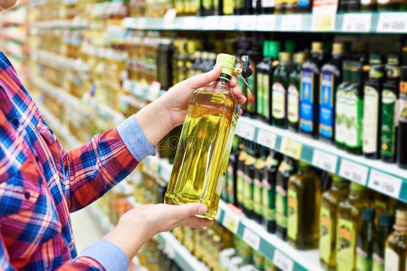 Comprador com óleo de girassol na loja foto de stock royalty free