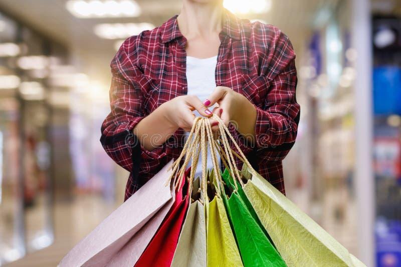 Comprador con los bolsos de hacer compras a disposición foto de archivo