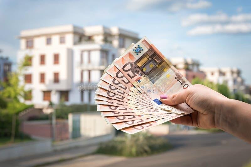 Comprador da propriedade que guarda euro- cédulas - conceito dos bens imobiliários foto de stock