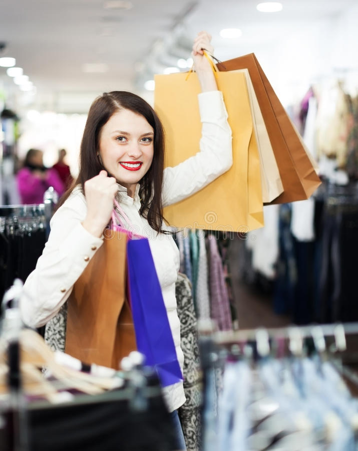 Comprador de la muchacha en la tienda de ropa foto de archivo