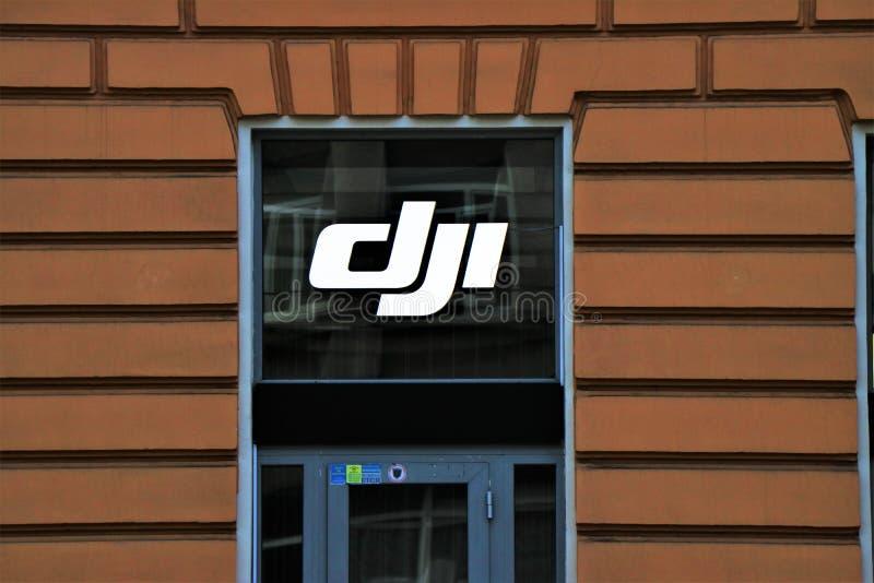 Comprador del letrero y de la ventana de una tienda de Dji, en la entrada de la tienda foto de archivo