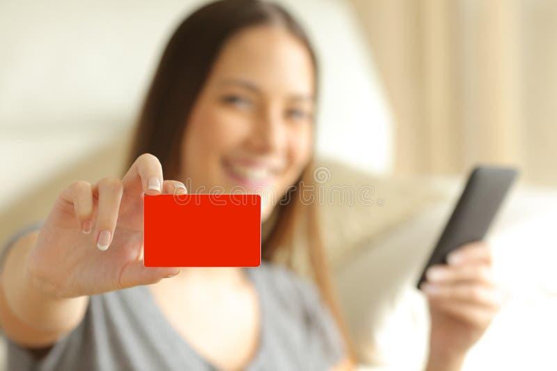 Comprador em linha que mostra um cartão de crédito vazio imagem de stock royalty free