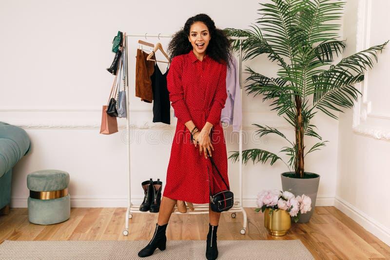 Comprador feliz no vestido vermelho fotos de stock royalty free